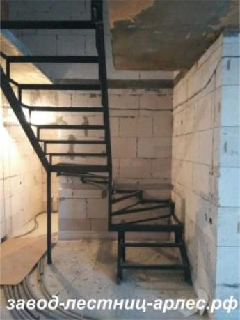 Металлокаркас лестницы П-образный с забежными ступенями
