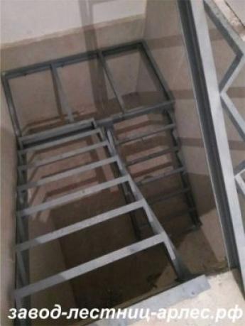 Металлокаркас лестницы П-образный с площадкой, 2 этажа