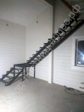 Металлокаркас лестницы Г-образный с площадкой